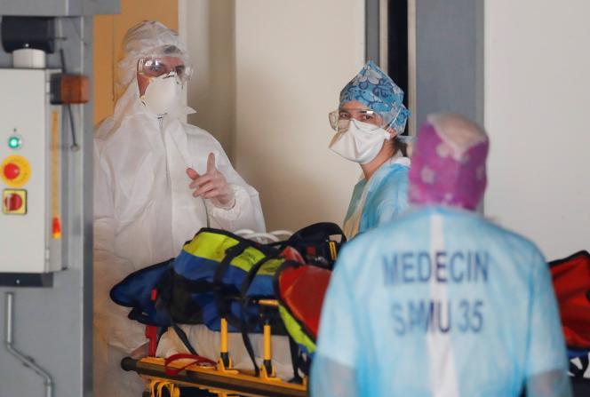 Des médecins transportent un patient COVID lors d'un transfert d'hôpital depuis l'Ile de Francevers Rennes, le 1er avril.