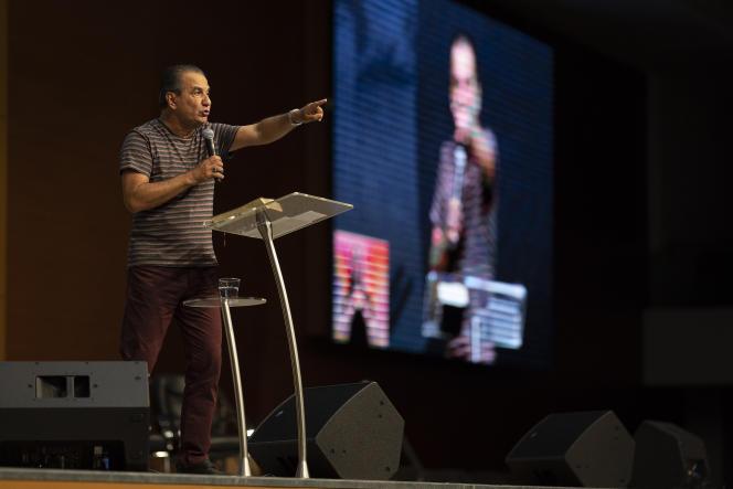 Le pasteur Silas Malafaia, chef de l'Assemblée de Dieu Victoire dans le Christ, lors d'un sermonretransmis en direct sur les réseaux sociaux deouis son église vide à Rio de Janreiro, le 29 mars.