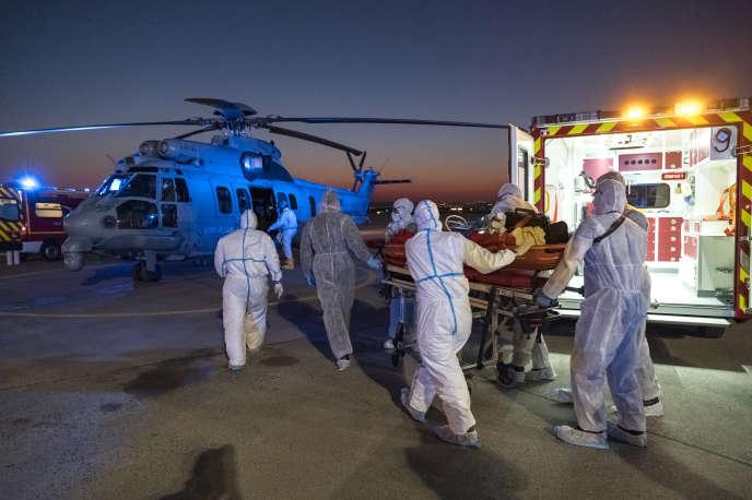 Un patient atteint du Covid-19 est évacué par hélicoptère, le 1er avril à l'aéroport d'Orly.