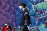 A Coney Island (banlieue de New York), un habitant se balade en portant un masque, le jeudi 2 avril.