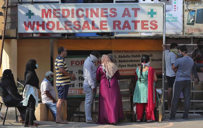 Des Indiens patientent pour acheter des médicaments pendant le confinement à Hyderabad, capitale de l'État du Télangana, au sud de l'Inde, le 29 mars.