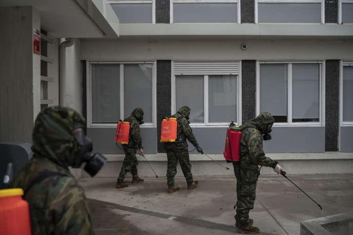 Des soldats désinfectent un hôpital,le 31 mars à Sabadell, près de Barcelone.