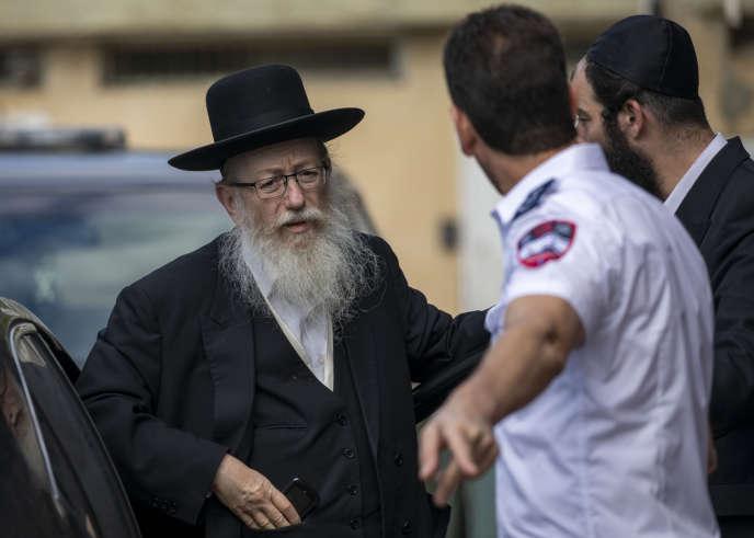 Le ministre de la santé israélien Yaakov LitzmanIn visite une tente de personnes mises en quarantaine le 2 mars à Tel Aviv.