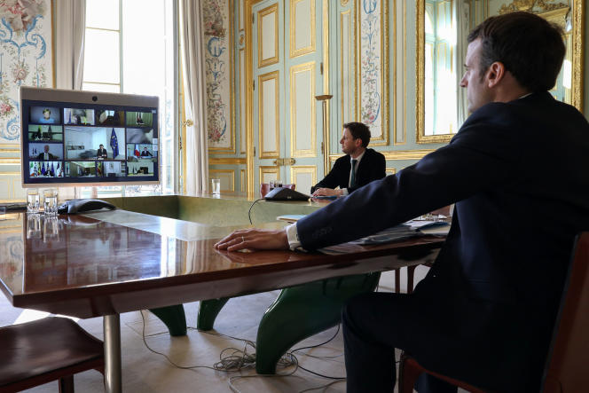 Emmanuel Macron lors d'une visioconférence des membres du Conseil européen, à l'Elysée, le 26 mars.