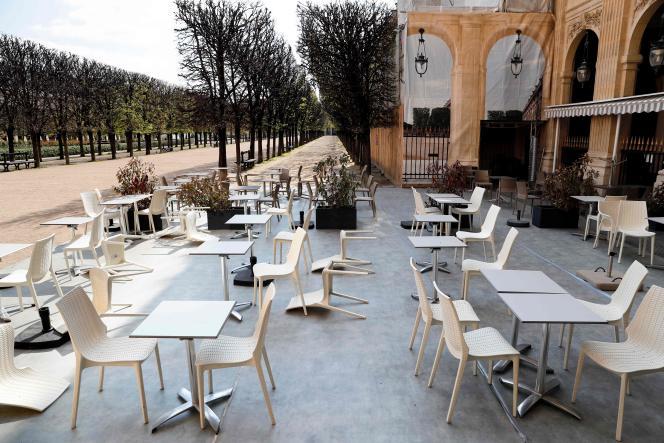La terrasse d'un café fermé dans les Jardins du Palais-Royal, à Paris, le 2 avril.