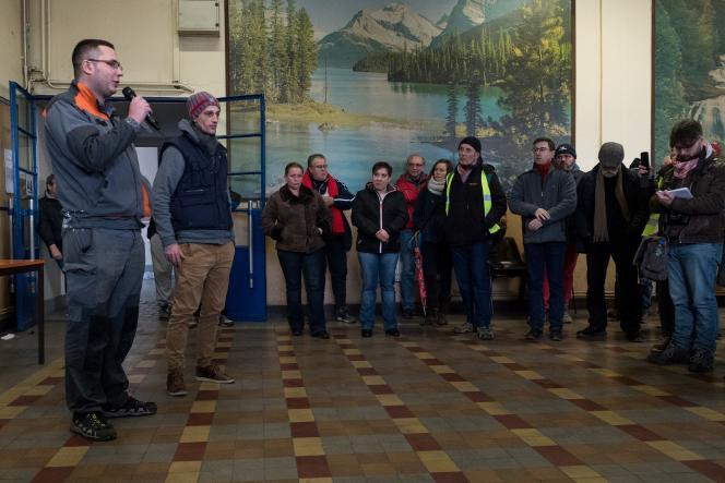 Le syndicaliste CGT Axel Peronczyk, à gauche, le 22 janvier à Gerzat, pendant la grève et le blocage de l'usine Luxfer afin d'empêcher son démantèlement.