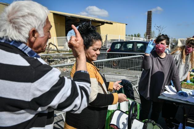 Les associations Médecins du monde et Les enfants de Coluche organisent une distribution alimentaire, mercredi 1eravril, dans le plus grand bidonville de Bordeaux.