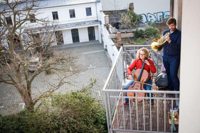 Et il y a ceux, comme ce couple de musiciens allemands, qui animent leur quartier depuis leur balcon.