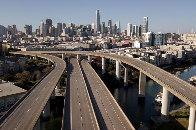 Une autoroutedéserte menant à San Francisco (Californie), le mercredi 1er avril.