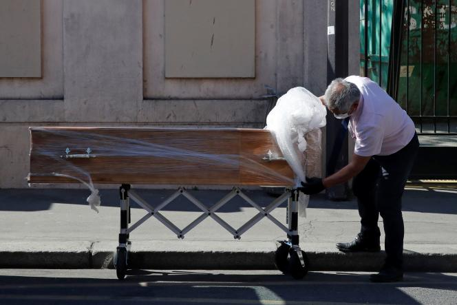 Livraison d'un cercueil à l'Ehpad de la Fondation Rothschild,le 25 mars à Paris.