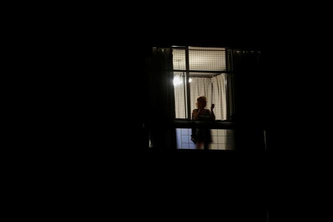 Une femme applaudit à sa fenêtre en soutien aux médecins, lors de la crise liée auCovid-19, le 29 mars à Buenos Aires.