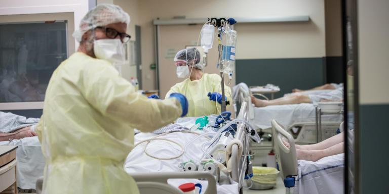 Annecy, samedi 28 mars 2020, Hopital Change Annecy. Service de reanimation du Docteur Albrice LEVRAT. La 'rea 4' recoit des patients covid+ stables. Les arrivees sont de plus en plus frequentes.