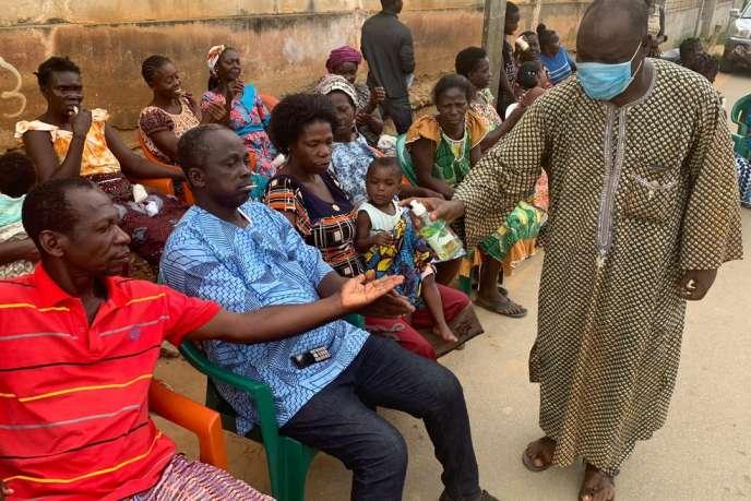 Fin mars, dans le village d'Azaguié Blida, à 30 km d'Abidjan, l'adjoint du chef traditionnel Alexis Okou Ahouasso donne l'exemple avec masque, gel hydroalcoolique et verbe haut à sa communauté.