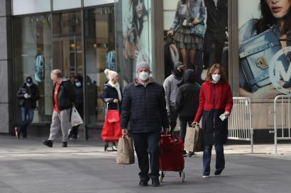 Des passants dans une rue de New York, le 2 avril.