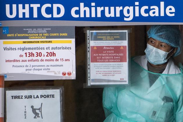 Au CHU de Rennes (Ille-et-Vilaine), une soignante guette l'arrivée des nouveaux patients.