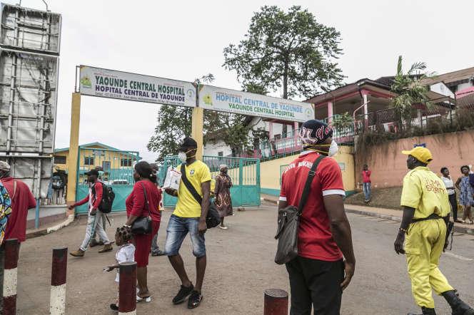 Devant l'hôpital central de Yaoundé, au Cameroun, le 6 mars 2020.
