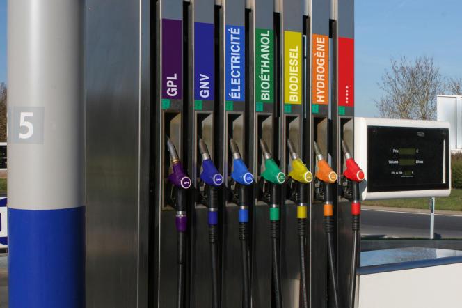 Station-service, pompes distribuant des carburants écologiques (GPL, GNV, électricité, bioéthanol, biodiesel, hydrogène).