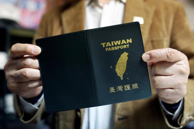 Une couverture de passeport pro-indépendance de Taïwan, en vente dans un magasin, le 2 avril à Taipei.