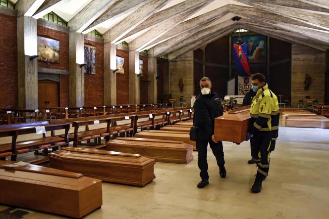 Des cercueils sont déposés le 26 mars dans l'égliseSan Giuseppe de Seriate.