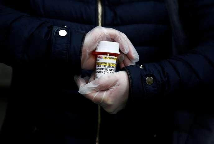 Un tube d'hydroxychloroquine, difficilement obtenu par une femme atteinte de lupus, le 31 mars à Seattle (Etat de Washington).