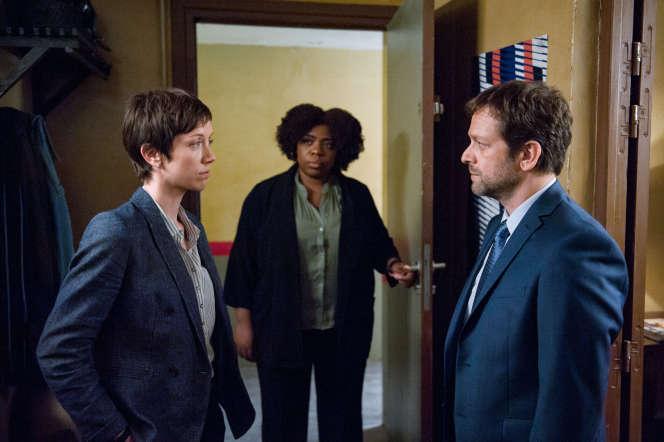 Sara Giraudeau (Marina Loiseau) à gauche, Irina Muluile (La Mule) au centre et Jonathan Zaccaï (Sisteron) à droite, dans la saison 5.