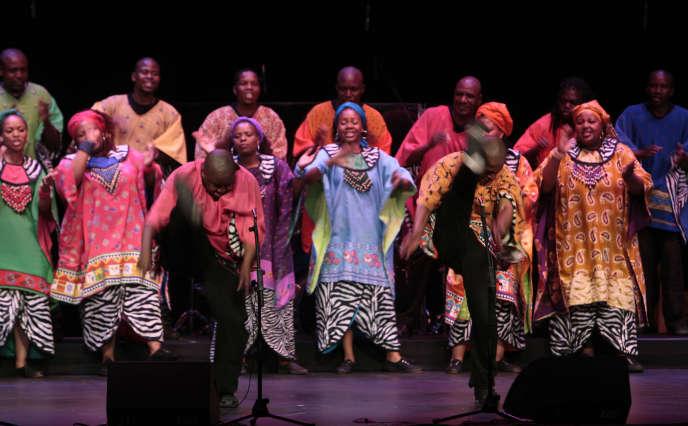 Des chanteurs et chanteuses sud-africains de la chorale de gospel de Soweto au Théâtre du Châtelet à Paris, le 3 novembre 2009, lors d'une répétition.