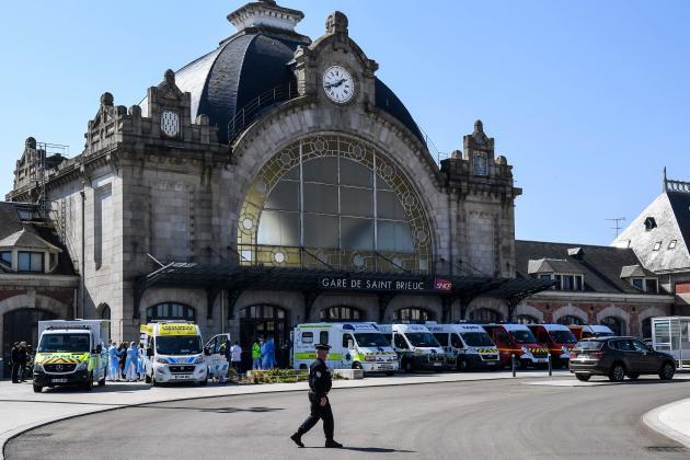 Des ambulances attendent les patients transférés à la gare de Saint-Brieuc, dans les Côtes-d'Armor.