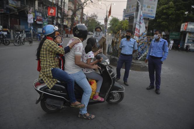 La police patrouille dans les rues de Siliguri (Bengale-Occidental, est de l'Inde) pour vérifier l'application des mesures de confinement décrétées par le gouvernement, le 3 avril.