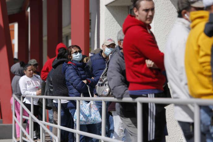 Des gens font la queue pour s'inscrire au chômage, le 17 mars à Las Vegas (Nevada).