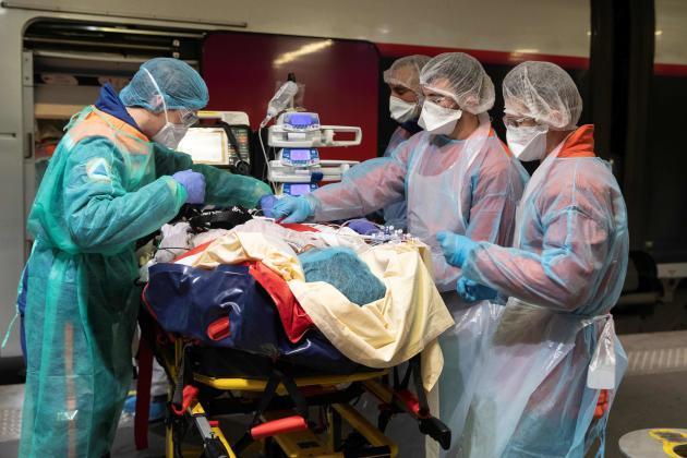 Pour chaque patient, ils sont à chaque fois sept ou huit soignants à manœuvrer. Le malade, lui, est engoncé dans un matelas coquille.