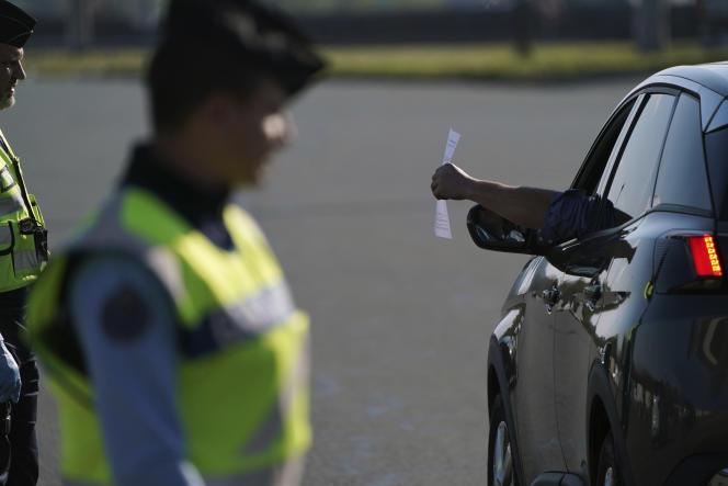 La police procède à des contrôles d'autorisations de déplacement, au nord de Lyon, le 3 avril.