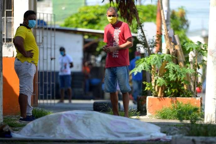 Un cadavre qui aurait été laissé dans la rue depuis trois jours, devant une clinique deGuayaquil en Equateur, le 3 avril.