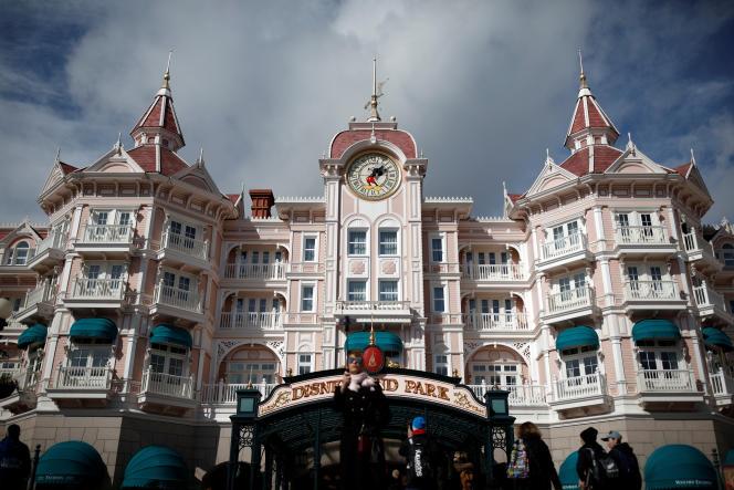 A l'entrée du parc d'attractions de Disneyland Paris, à Marne-la-Vallée (Seine-et-Marne), le 9 mars.