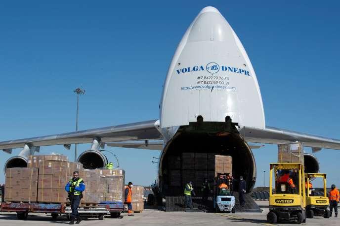 « Des pays ouvrent grand leurs frontières aux importations, mais interdisent les exportations» (Un Antonov à l'aérodrome de Vatry livre des masques en provenance de Chine, le 30 mars).