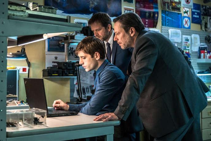 Mathieu Amalric (JJA) à droite, Jules Sagot (Sylvain Ellenstein) au centre et Jonathan Zaccaï (Sisteron), dans la saison 5 du « Bureau des légendes».