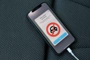 Un message de prévention sur téléphone mobile face à l'épidémie de Covid-19, à Lower Peover (Royaume-Uni, le 3 avril.