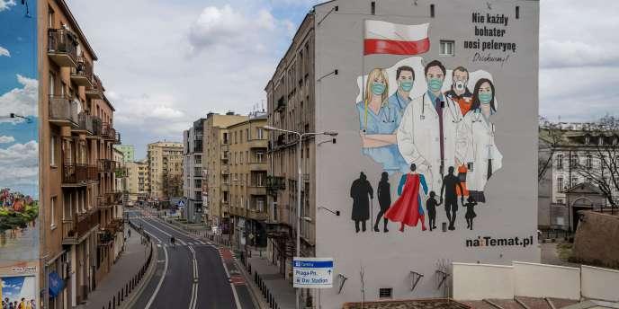 Une peinture murale rend hommage aux médecins et aide soignants luttant contre l'épidémie duCOVID-19, à Varsovie, en Pologne, le 2 avril 2020.