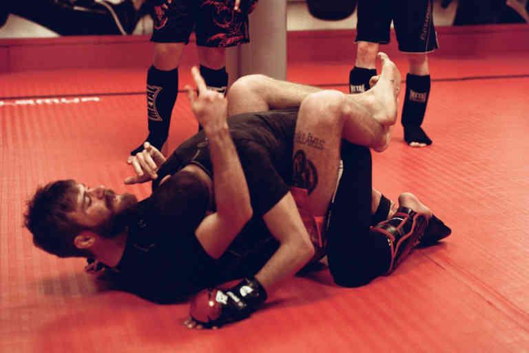 Elliot Lévy présente une technique de soumission durant l'entraînement de MMA à la Martial Arts Academy de Genève (04/03/2020)