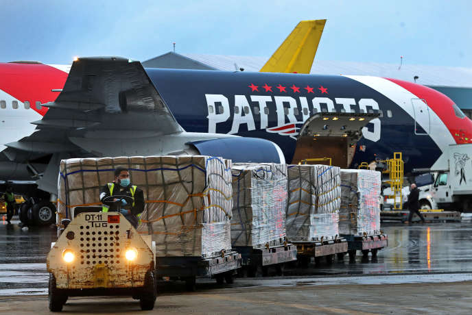 L'avion d'une équipe de football américain déchargé de sa cargaison de masques en provenance de Chine, à Boston (Massachusetts), le 2 avril.