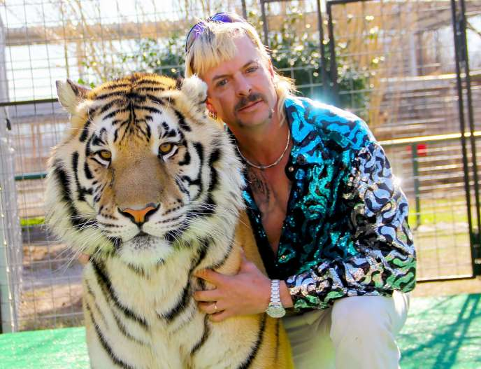 «Joe Exotic» avec l'un de ses tigres.