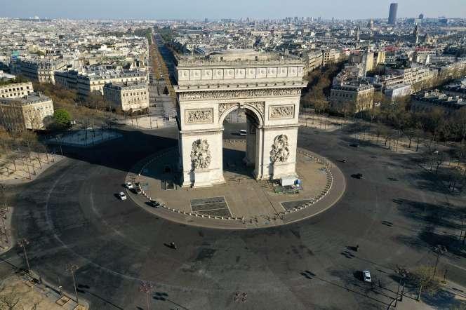 La place de l'Etoile et l'Arc de triomphe desertés, le 1er avril.