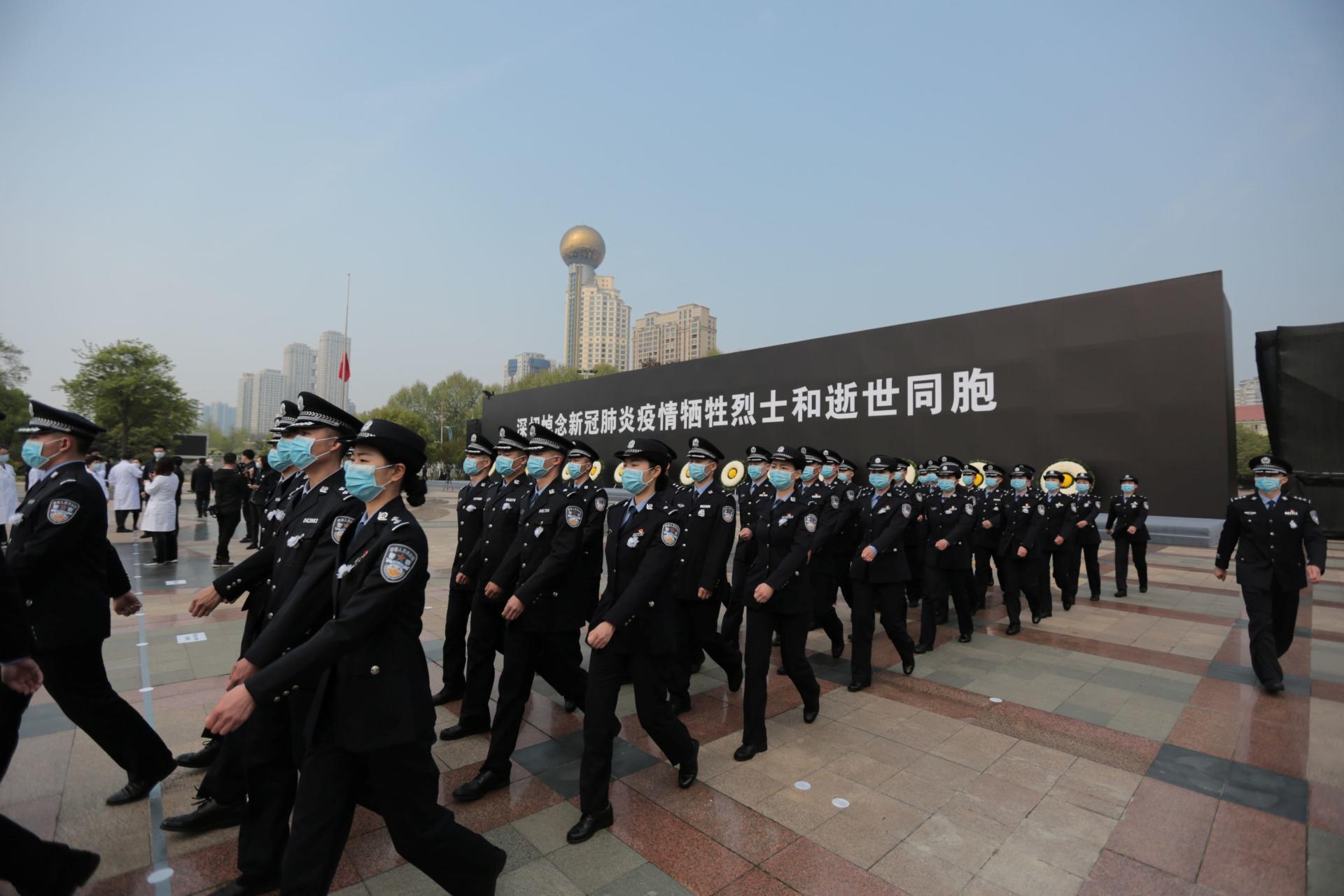 A Wuhan, samedi 4avril, des policiers assistent à la cérémonie de deuil national. Dans tout le pays, c'est également le jour de la fête de Qingming, «le jour du balayage des tombes».