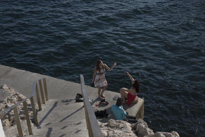 En bord de mer à Marseille, pendant le confinement, le 4 avril.