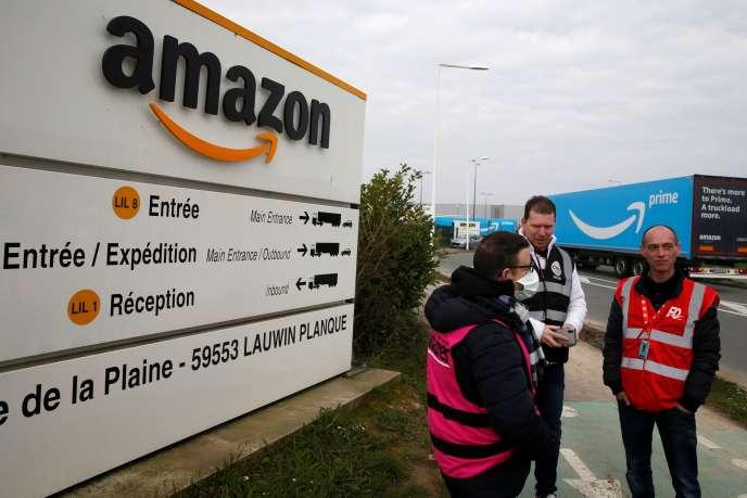Des employés d'Amazon en grève se rassemblent devant le centre logistique du groupe, le 19 mars à Lauwin-Planque (Nord).