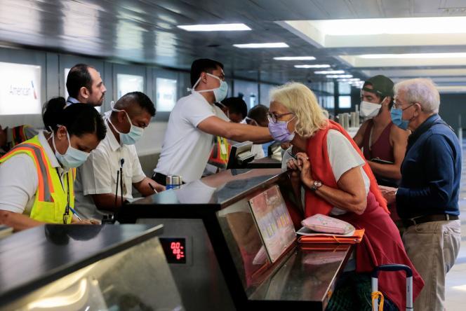 Des citoyens français attendent un vol d'évacuation vers la France, le 3 avril àManagua, au Nicaragua.