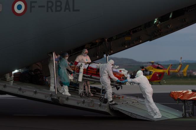 Une évacuation sanitaire d'un patient à bord d'un A400M militaire, le3avrilàl'aéroport de Clermont-Ferrand.