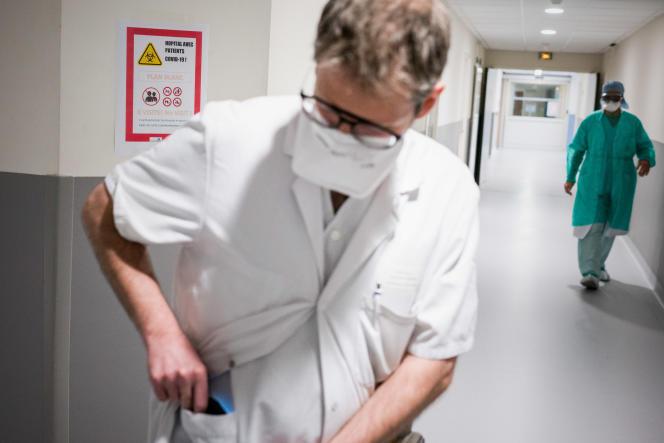 Le pédiatre Simon Escoda assure l'intérim du chef des urgences, àl'hôpital Delafontaine, à Saint-Denis, le 3 avril.