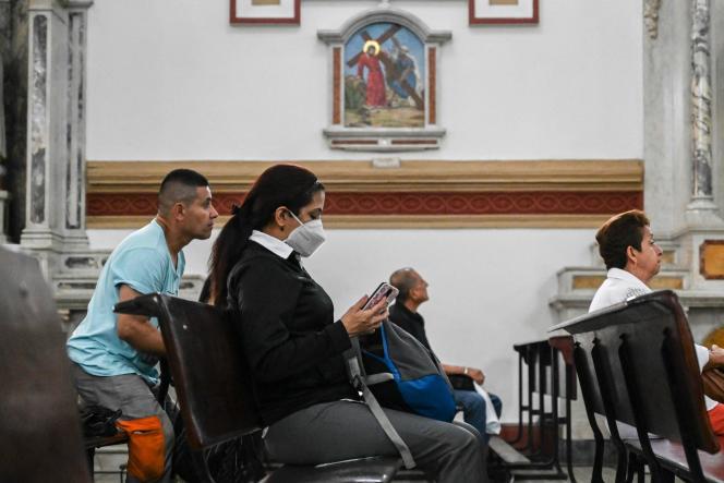 Dans une église de Medellin, en Colombie, le 11 mars.