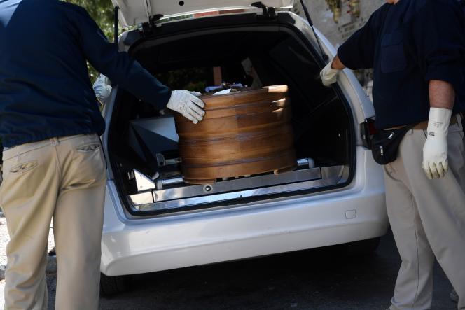 Des employés d'une entreprise de pompes funèbres transportent le cercueil d'une victime du Covid-19 hors d'un corbillard, à Madrid, le 4 avril.