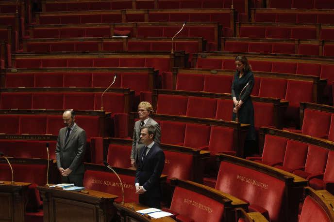 Hommage aux victimes du coronavirus, par les députés et ministres présents à l'Assemblée nationale, le 31 mars.